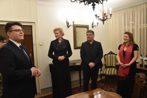 Dyr Łukasz Goik zaprosił wykonawców po koncercie do siebie na miły poczęstunek .