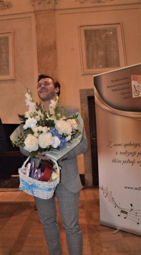 12. Andrzej Lampert obdarowany kwiatami