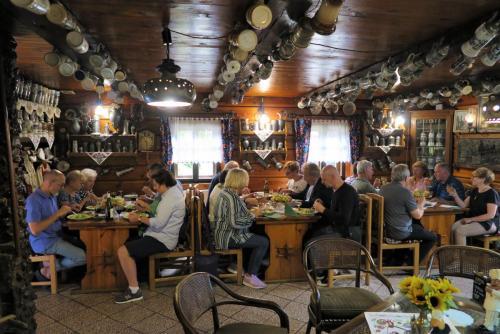1a. nasza grupa w restauracji w skansenie