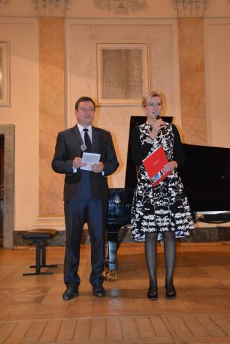 2. Elżbieta Gładysz i andrzej Kosowski witają licznie zgromadzoną publiczność.