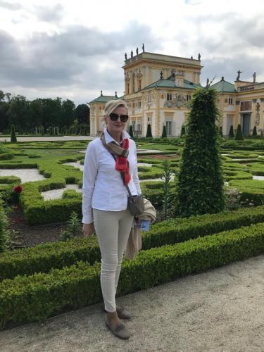 Nasza Prezes Elżbieta Gładysz w ogrodach Pałacu w Wilanowie.