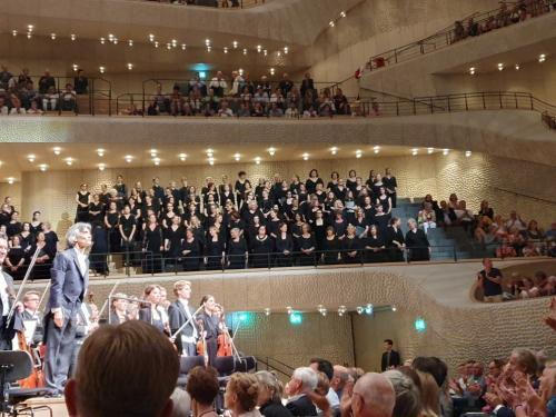 20. Kent Nagano i część chóru w tle