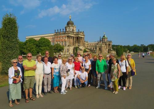4. My na tle budynków pałacowych Sanssouci.