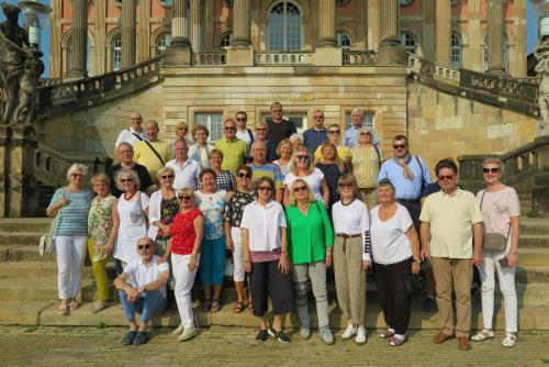 5. Grupa ARIA na tle budynku kuchni pałacowej.