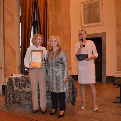 Wręczenie Dyplomu aktywnego Członka Stowarzyszenia – nagrodzona Elżbieta Białkowska z naszą Skarbnik- Moniką Buwaj