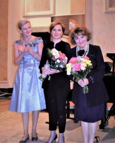 Solistka, pianistka i prowadząca program