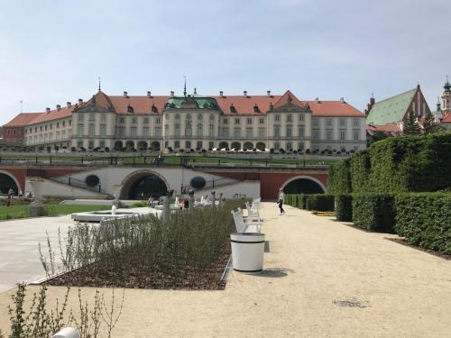 Ogrody królewskie świeżo po rewitalicji- widok na Zamek królewski