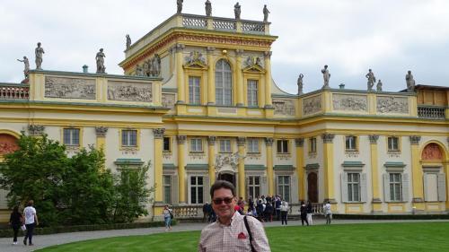 Ryszard Górniak – szef naszej wyprawy operowej na tle Pałacu w Wilanowie