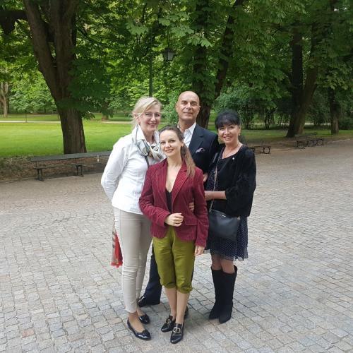 W przerwie próby Wesela Figara w Łazienkach Królewskich z Justyną Receniedi - Cherubino.
