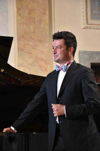 Krystian Krzeszowiak na scenie Florianki