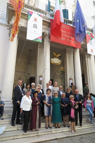 Grupa ARIA na schodach La Fenice.