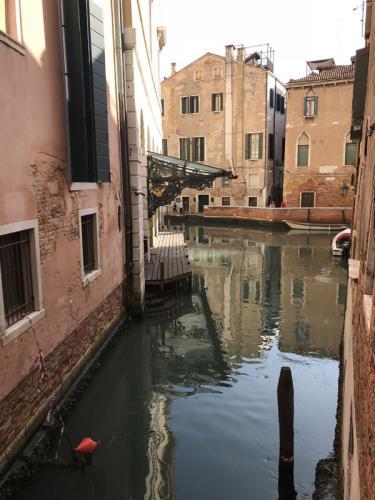 La Fenice - wejście dla tych, co podpływają gondolami.