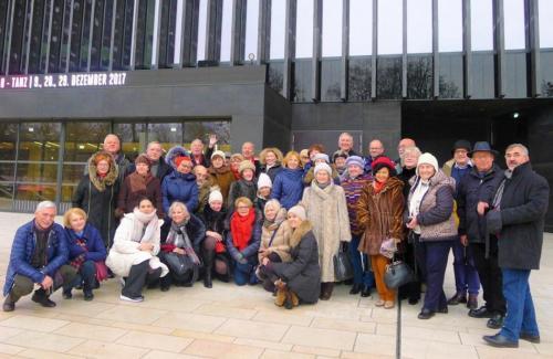 Przed nowym gmachem opery w Linzu