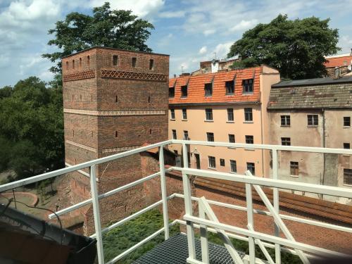 Krzywa wieża w Toruniu, obok htl. Bulwar.